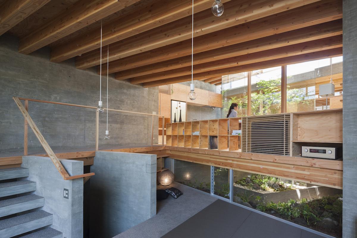 Una casa minimalista japonesa que interact a con su for Piani di casa con grandi cucine