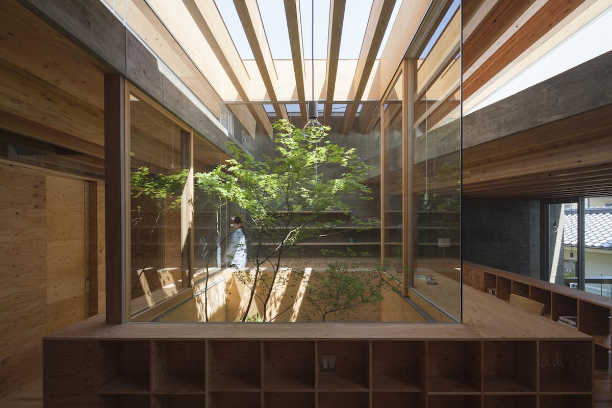 Una casa minimalista japonesa que interact a con su for Casa minimalista que es