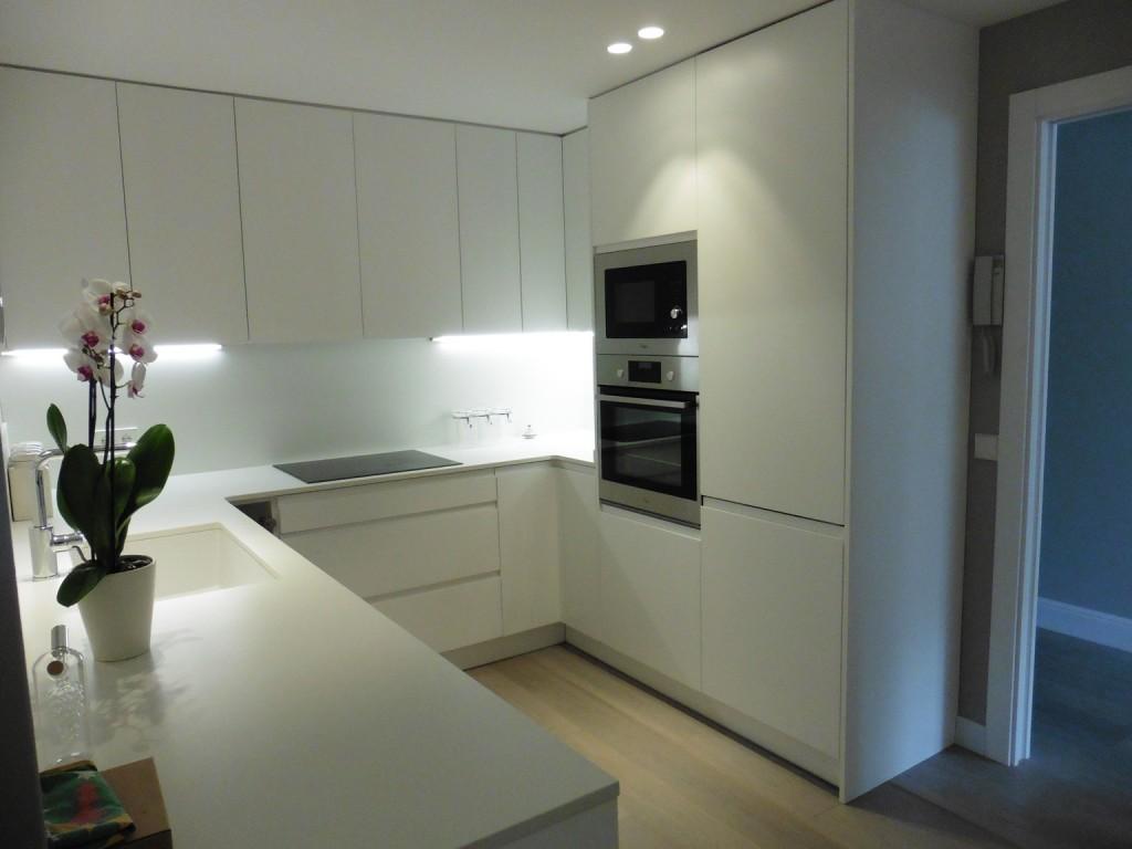 Reforma integral de un piso de estilo moderno en pedralbes - Suelos para cocinas blancas ...