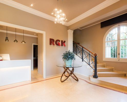 Recepción RGK con lámparas de la firma Bover y Studio Italia Design