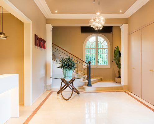 Hall de RGK con lámpara de la firma y Studio Italia Design