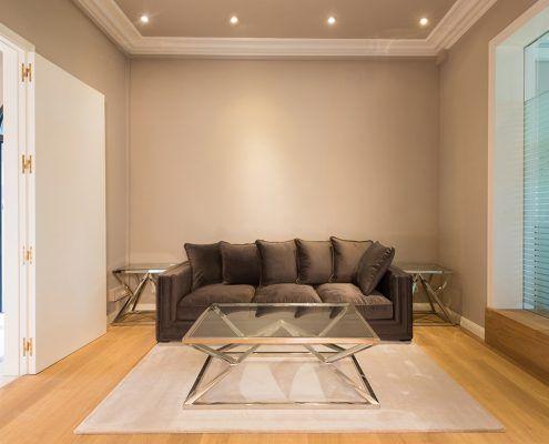 Sala de espera para visitas con sofá