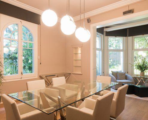 Sala de reuniones con mesa de cristal Cattelan italia y lámpara de la marca Flos