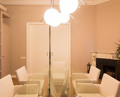 Vista mesa de reuniones Cattelan italia con y sillas tapizadas en blanco