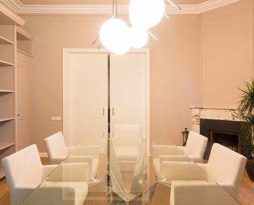 Vista mesa de reuniones Cattelan italia y lámpara Flos