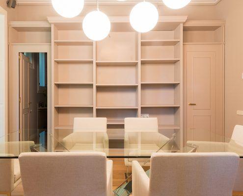 Vista mesa de reuniones Cattelan italia, lámpara Flos y al fondo mueble a medida